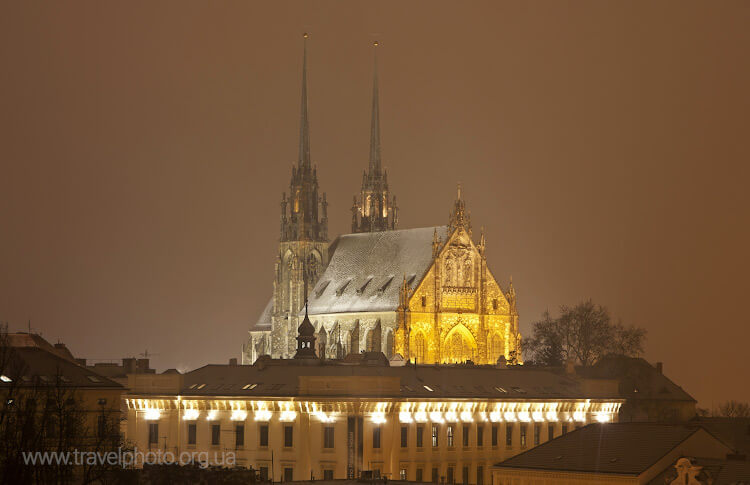 Брно собор ночью