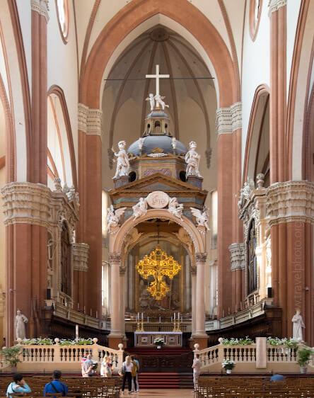 Интерьер базилики святого Петрония