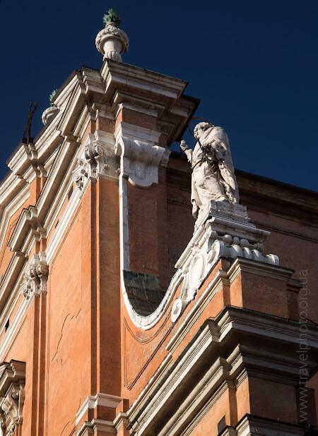 Фасад собора святого Петра в Болонье